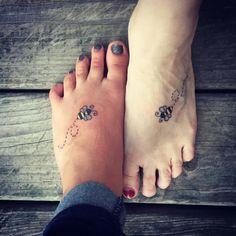 Ideas de Tatuajes Madre e Hija Los tatuajes madre e hija representan el unos de los lazos mas grandes de amor, el amor entre una madre y sus hijos es un vinculo muy especial y por ellos algunas madres e hijos han decidido tatuarse algo que represente ese gran amor que se tienen. Un tatuaje d