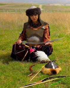 Biz Orta Asya'dan Anadolu'ya Kardeşlik Türküleri ile değil,  Ucundan KAN Damlayan BOZKURT Başlı Kılıç'larla Geldik!!!