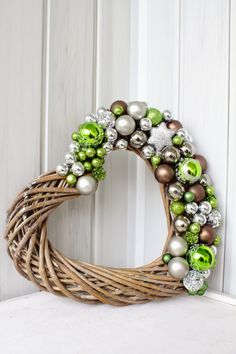 5 Coroas de Natal para decorar a sua entrada! - A Casa Perfeita christmasadventwreath Christmas Mood, Green Christmas, Christmas Crafts, Christmas Ornaments, Red Ornaments, Retro Christmas Decorations, 242, Christmas Embroidery, Valentine Wreath