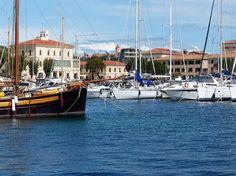 Mit der gemieteten Yacht anlegen im Hafen von La Maddalena  in Sardinien