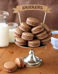 snickers macarons, a perfect combo, yum! i've been dying to try and make french macaroons. Beaux Desserts, Just Desserts, Delicious Desserts, Yummy Food, Chocolate Macaroons, French Macaroons, Baking Recipes, Cookie Recipes, Dessert Recipes