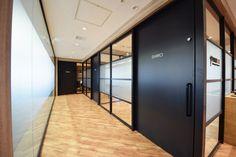 オフィスデザイン実績~カフェの様な温かさと、インダストリアルでクールな要素を融合させたハイブリッドオフィス Law Office Design, Office Interior Design, Office Interiors, Room Interior, Office Walls, Office Decor, Japanese Door, Office Images, Real Estate Office
