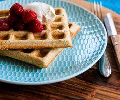 WAFFLES SIN GLUTEN   Ingredientes: 1 clara 40 gramos de harina de trigo sarraceno 30 ml de leche descremada ½ cdita de polvo de hornear ½ cdita de esencia de vainilla 2 sobres de stevia ...