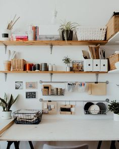 15 small workspace hacks that will make you feel like a boss – Home office organization Small Workspace, Workspace Design, Office Workspace, Bedroom Workspace, Desk Space, Diy Organisation, Home Office Organization, Storage Organization, Small Space Living
