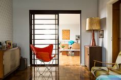 Decoração, decoração de apartamento, decoração para apartamento, decoração descolada, apartamento descolado, detalhes, detalhes da decoração, quadro, obra de arte, cadeira, cadeira laranja.