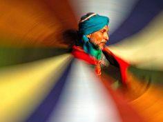 Dervish rodopiando Foto de Nour Elrefai  Um dervixe rodopiante é emoldurado por suas vestes coloridas conforme ele gira. A dança tradicional da ordem religiosa sufi muçulmana é realizada em todo o mundo árabe em variações locais.
