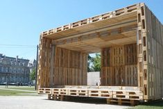 Here's 'Pallet House' a prefab home design of the first grade. It is made up of only pallet and nothing else. Pallet House Plans, Pallet Shed, Pallet Benches, Pallet Tables, Recycled House, Pallet Building, Pallet Designs, Pallet Ideas, Pallet Projects