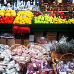 Nam! Oppaamme Toni ja Emma nappasivat työmatkalla kauppahallista tuoreita hedelmiä aamiaiseksi. Oppaan arkea <3 | www.tjareborg.fi | Holiday is where the Heart is!