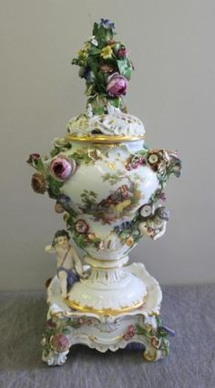 Meissen Covered Urn On Stand With Cherub And Floral Decoration - From An Old Westbury, N. Glass Ceramic, Flower Boxes, Art Object, Porcelain Ceramics, Cherub, Earthenware, Glass Art, Bazaars, Victorian