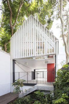 Who said tree houses were for children? These five houses embrace their leafy environments, offering a peaceful paradise amongst the towering trees. Cultural Architecture, Australian Architecture, Contemporary Architecture, Architectural Trees, Timber Battens, Rammed Earth Wall, Landscape And Urbanism, Garden Studio, Backyard Studio