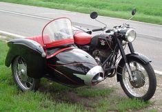 TÖRTÉNELMI KALEIDOSZKÓP...: Oldalkocsis Pannoniával a 66-os úton / Folytatás a... Vintage Bikes, Vintage Motorcycles, Cars And Motorcycles, Vintage Cars, Antique Cars, Motorcycle Engine, Car Wheels, Bobber, Motorbikes