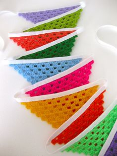 This wasn't on my list of things to do over the week end, somehow, I found myself crocheting a few triangles, flags for a string of bunting, it will decorate my stall at the Olive Tree market…