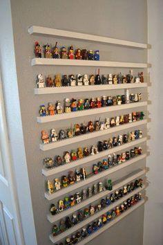 Voor de muur naast Julius zijn kamer: LEGOMANNEKES!!