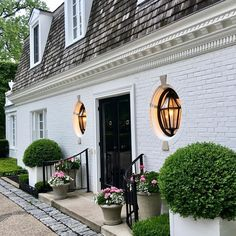 When it comes to white houses, what would you choose: brick or wood? Check out our ten favorite white houses with incredible curb appeal. Brick Design, Exterior Design, Villa, Outdoor Living, Outdoor Decor, House Entrance, White Houses, House Front, Interiores Design