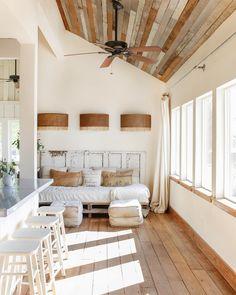 modern farmhouse | @thevintageroundtop Shabby Chic Sofa, Gamboa, Recycled Pallets, Inspiration Boards, Entryway Bench, Beach House, Master Bedroom, Sofa Daybed, Interior Decorating
