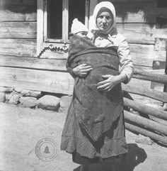 A woman wears her baby in Lithuania. 1935  (Iš: B. Buračas. Vaikai. Vilnius, 2006)