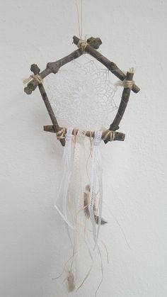 Süsser Traumfänger aus Ästen, verziert mit Spitzenbändern und Häkeldeckchen ♡♡♡  Ein Spaziergang lohnt sich und schont das eh schon gebeutelte Hochzeits Portemonaie!