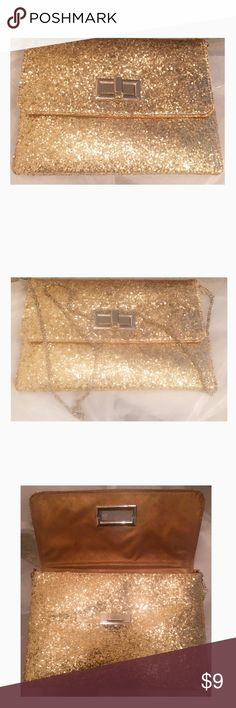 Clutch gold glitter dress handbag 🌷Beautiful vintage clutch handbag with shimmering golden sparkles. Clutch and can be worn as a purse. Has a chain to carry on the shoulder. Perfect for dressing up or down. Brand new with a slight defect in the back that can't be seen visually but felt. Free earrings with purchase 😊 Bags