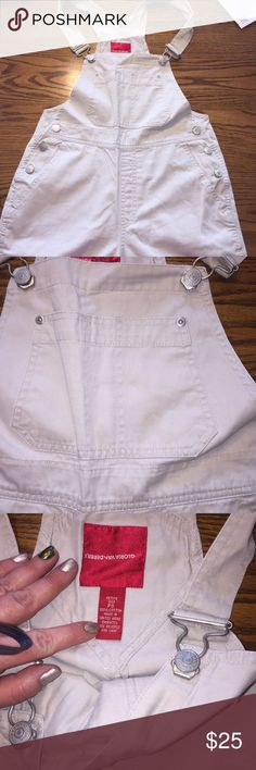 Capris overalls. Khaki overalls. Women's petite size small. The buttons on the left side have some wear from being stored. Reflected in the price. Gloria Vanderbilt Pants Capris
