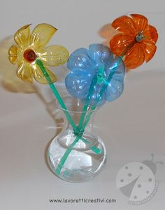 Fiori con bottiglie di plastica e cannucce