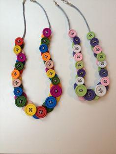 Super-süß Knopfkette für Kinder aus Holzknöpfen. Mehr dazu unter http://spass-am-selbermachen.blogspot.de/2015/02/knopfkette-fur-kinder.html