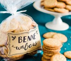 Benne wafers are traditional cookies from Charleston, SC made with benne (sesame) seeds. Bite-sized and crunchy, they make excellent tea cookies or gifts! Charleston Cheese Dips, Charleston Sc, South Carolina Bbq Sauce, Pimento Cheese, Cheddar Cheese, Cold Party Appetizers, Mini Lemon Meringue Pies, Italian Almond Cookies, Recipe For Hollandaise Sauce