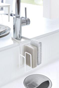 洗い物のときに、用途に分けてスポンジを使っている方に便利なアイテム。 3つのスポンジをまとめてスッキリ収納でき、スポンジに残った水分はそのままシンクに◎ また、取り付けは蛇口に挟み込むだけの簡単取り付けです。スチールの取り付け部がしっかりホールドするので、ずれ落ちることなく快適に使用できます。 シンクとの設置面には傷防止用のシリコンカバーを取り付けることができます。  #home #plate #キッチン #キッチン収納 #スポンジ#スポンジ収納 #スポンジホルダー #シンク #シンク #収納術 #北欧 #北欧雑貨 #モノトーンインテリア#整理整頓#整理収納#暮らし#丁寧な暮らし#シンプルライフ#おうち#収納#シンプル#モダン#便利#おしゃれ #雑貨 #yamazaki #山崎実業 #kitchen #kitchendesign Kitchen Organization, Kitchen Storage, Konmari, Booth Design, Home Kitchens, Small Spaces, Sink, Interior Design, Simple