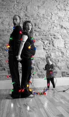 25 Cute Family Christmas Picture Ideas for families, couples and kids. Check out these Christmas cards ideas to show off your family pictures in a fun way! Funny Christmas Cards, Christmas Photo Cards, Christmas Humor, Christmas Pics, Christmas Lights, Holiday Cards, Xmas Cards, Funny Xmas, Christmas Baby