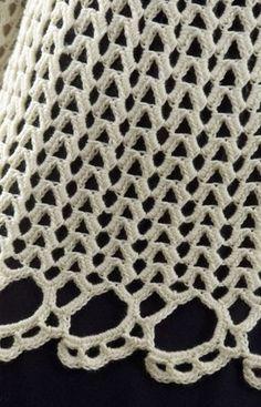 Blusa ceñida al cuerpo de mangas largas y flores en la parte superior