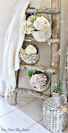 Talk of the Town How to decorate a rustic ladder plant stand with baskets and flowers - featured Wooden Decor, Wooden Diy, Rustic Decor, Rustic Wood, Rustic Crafts, Rustic Farmhouse Decor, Rustic Design, Wood Crafts, Vintage Ladder