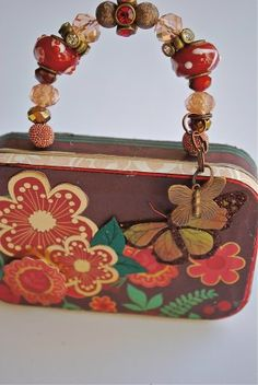 """Little Altoid tin """"purse"""" birthday card, with beaded handles - CUTE! Diy Projects To Try, Crafts To Make, Fun Crafts, Craft Projects, Arts And Crafts, Recycle Crafts, Craft Ideas, Altered Tins, Altered Art"""