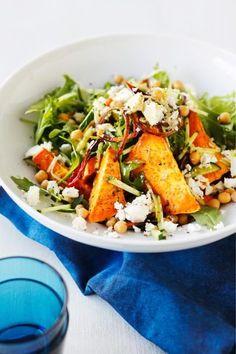 Lämmin bataatti-fetasalaatti on herkullinen kasvisruoka, joka sopii niin lisäkkeeksi kuin pääruoaksi. Suosittelemme!