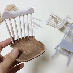 . . . #miniature #miniaturechair #scale1/6 #minichair #chair #dollchair #vintage…