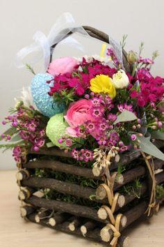 composition florale pour Pâques avec panier en branchettes