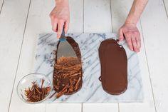 Zelfgemaakt chocoladeschaafsel is perfect om een taart of dessert helemaal mee af te maken. En chocoladeschaafsel is heel makkelijk te maken!