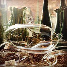 Flyvende udstilling - skønne små glaskupler  #spring #green #interiordesign #thinkoutsidethebox #inspiration #welove #sunnyday #vases
