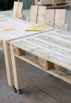 Create Simple Pallet Wood Projects To Enhance Your Home's Interior Decor Pallet Desk, Pallet Crates, Diy Pallet Furniture, Pallet Art, Diy Pallet Projects, Wooden Pallets, Furniture Making, Wood Projects, Pallet Tables