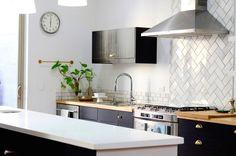 Una cocina llena de luz y pequeños detalles