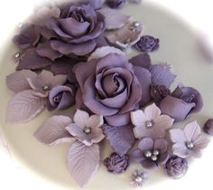 Kakebua's blogg: Hvordan lage Roser i marsipan Paper Roses, Cake Decorating, Succulents, Purple, Sweet, Floral, Cake Stuff, Flowers, Jewelry