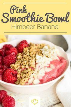 Smoothie Bowl in Pink mit Himbeeren, Mango und Banane. Diese Frühstücksschale ist der Garant für gute Laune am Morgen und die Schönste unter allen Bowls – pinkfarbenen Himbeeren sei Dank!