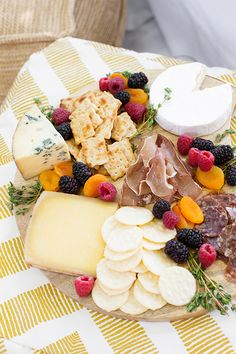 4 Tips for Dining Al Fresco (Oh Happy Day! Simple Cheese Platter, Cheese Platters, Fresco Cheese, Al Fresco Dinner, Dinner Club, Good Food, Yummy Food, Appetizer Recipes, Appetizers