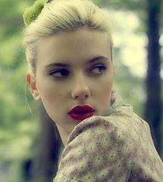 La semplicità di una riga di eyeliner nero e di un rossetto rosso applicati come si deve! #makeup #lipstick