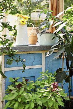 Vanha lipasto palvelee puutarhassa. An old drawer in the garden. | Unelmien Talo&Koti Kuva: Krista Keltanen Toimittaja: Riina Ahtola