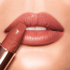Red Lipstick Shades, Rose Lipstick, Lipstick Case, Red Lipsticks, Beauty Kit, Beauty Secrets, Sweet Blossom, Makeup News, How To Line Lips