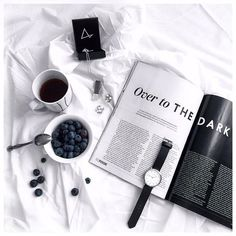 Flatlay preto e branco, flatlay magazine Feed Black, White Feed, Photo Pour Instagram, Instagram Feed, Flat Lay Photography Instagram, B&w Tumblr, Flat Lay Inspiration, Fashion Inspiration, Black And White Aesthetic