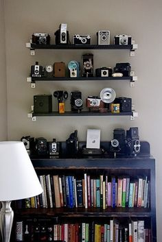 Vintage Camera Love this. Don't have enough vintage cameras yet. My neighbor has an old press camera with the whole flash. So neat. Antique Cameras, Old Cameras, Vintage Cameras, Vintage Camera Decor, The Wright House, Photo Deco, Floating Shelves Diy, Displaying Collections, Display Shelves
