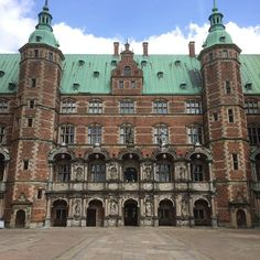 frederiksborg #fredericksborgpalace #hillerod #denmark #sunny #cloudy #palace #castle #grounds #palacegrounds #castlegrounds #courtyard