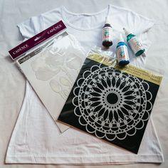 Budeme potřebovat bílé tričko, nažehlovací obrázek, šablonku mandaly a tři textilní barvy dle vlastního výběru.