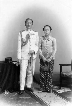 Kandjeng Goesti Pangeran Adipati Ario Mangkoe Nagoro VII bersama istrinya Goesti Kandjeng Ratoe Timoer, di Surakarta, sekitar 1938