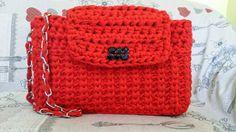 Borse in fettuccia fatte a mano: Rosso Melany è la borsa in cotone rosso corallo con una tracolla in catena intrecciata ed impreziosita da un bottone nero.